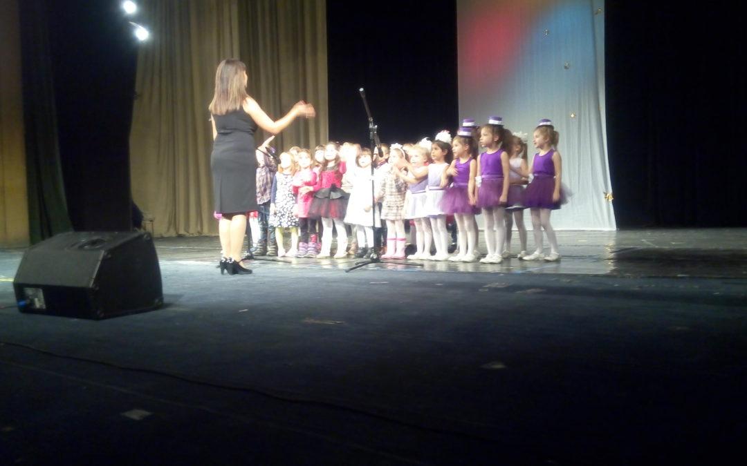 """Пред пълна зала се проведе благотворителният концерт """"За децата от децата"""""""