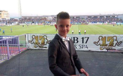"""Търновче вдигна на крака хиляди на стадион """"Ивайло"""" с акапелно изпълнение на химна"""