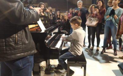 Известният български пианист проф. Байнов проведе майсторски клас на осем рояла за талантливи деца във Велико Търново